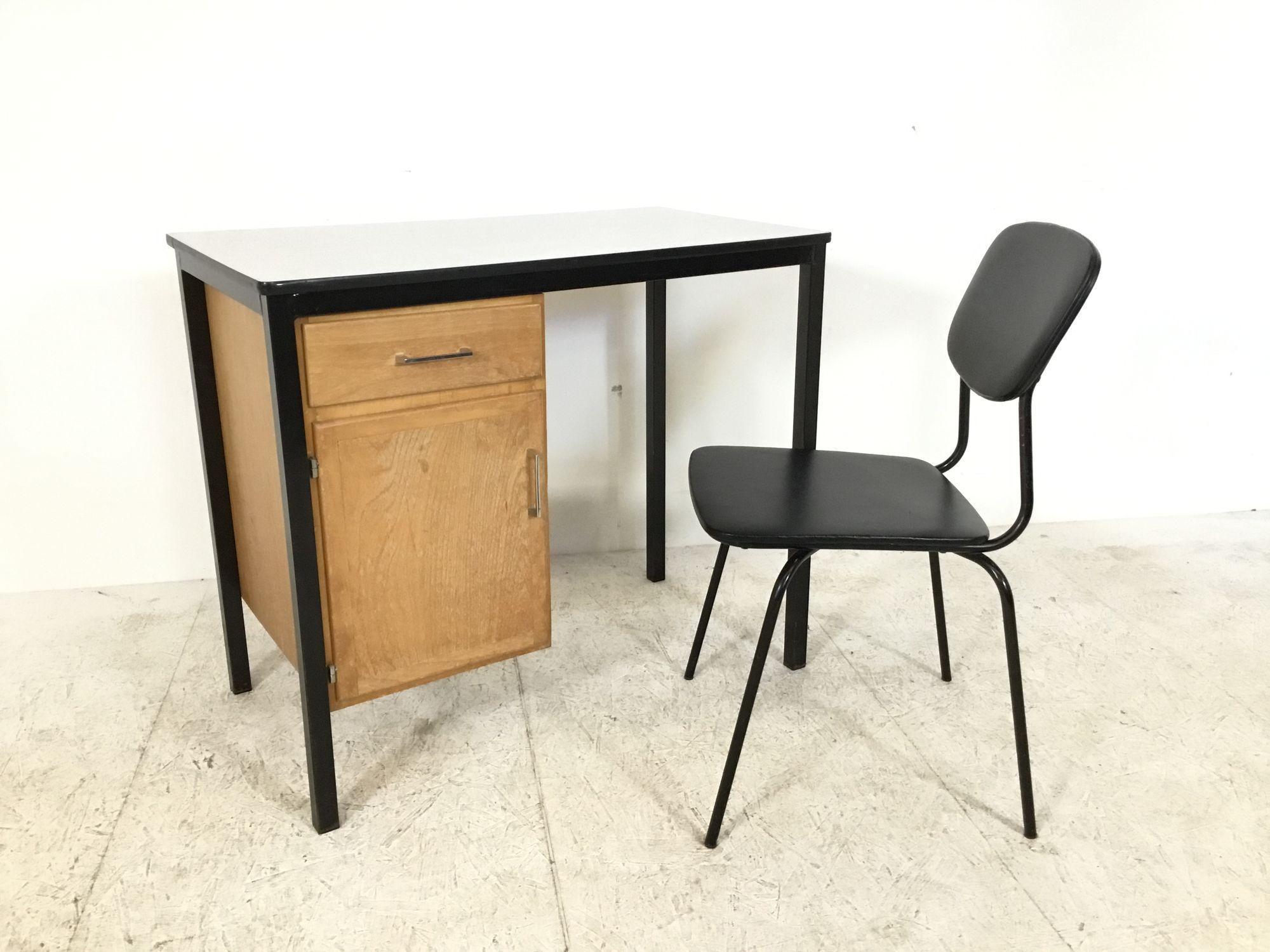 bureau met zwarte stoel