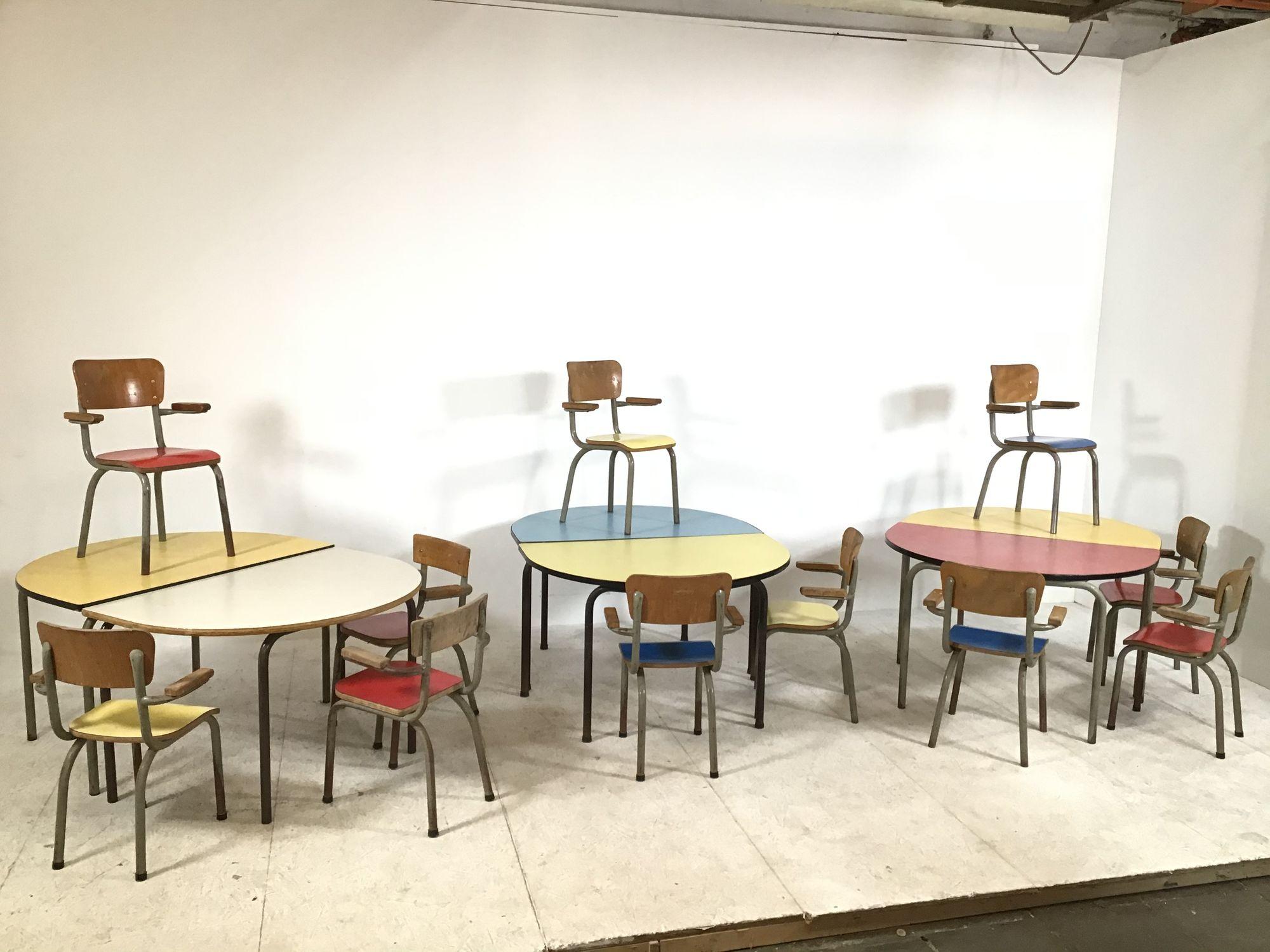kleurrijke kleuterstoeltjes